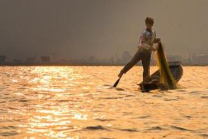 Inle pêcheur debout